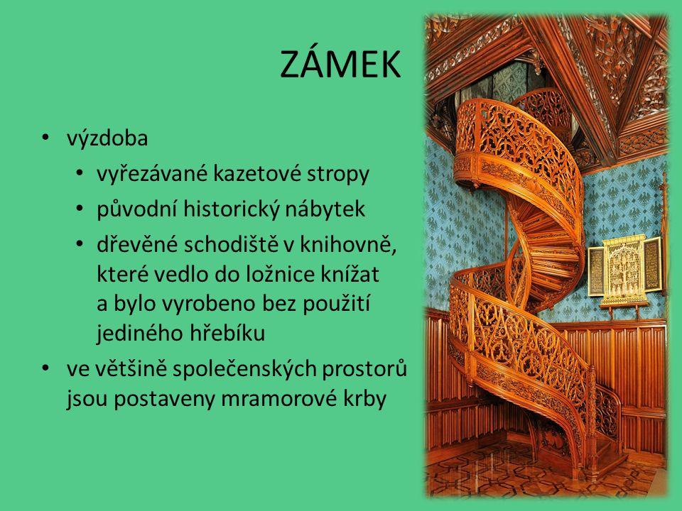 ZÁMEK výzdoba vyřezávané kazetové stropy původní historický nábytek dřevěné schodiště v knihovně, které vedlo do ložnice knížat a bylo vyrobeno bez použití jediného hřebíku ve většině společenských prostorů jsou postaveny mramorové krby
