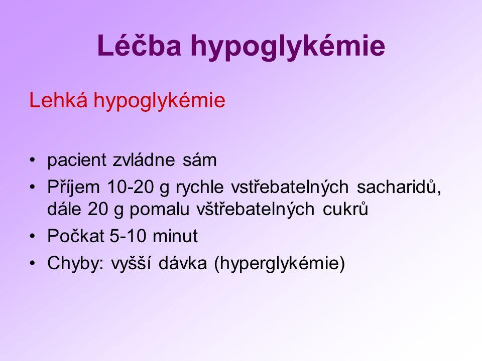 Léčba hypoglykémie Lehká hypoglykémie pacient zvládne sám Příjem 10-20 g rychle vstřebatelných sacharidů, dále 20 g pomalu vštřebatelných cukrů Počkat 5-10 minut Chyby: vyšší dávka (hyperglykémie)