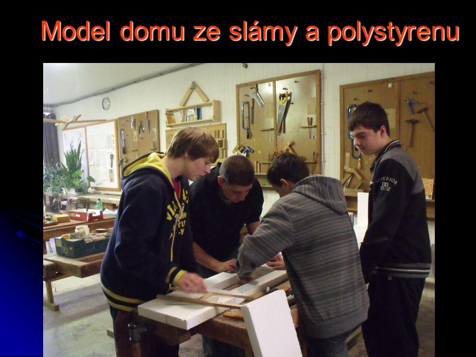 Model domu ze slámy a polystyrenu