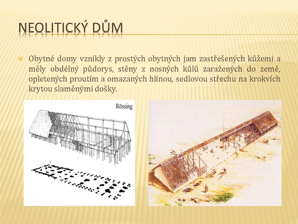 Obytné domy vznikly z prostých obytných jam zastřešených kůžemi a měly obdélný půdorys, stěny z nosných kůlů zaražených do země, opletených proutím a