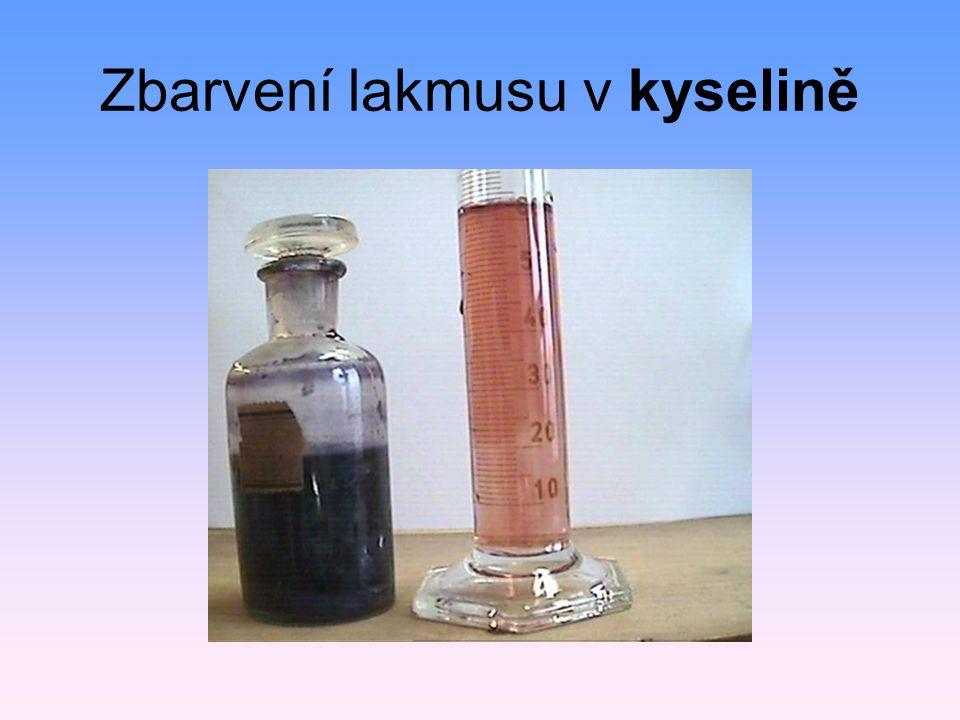 Zbarvení lakmusu v kyselině
