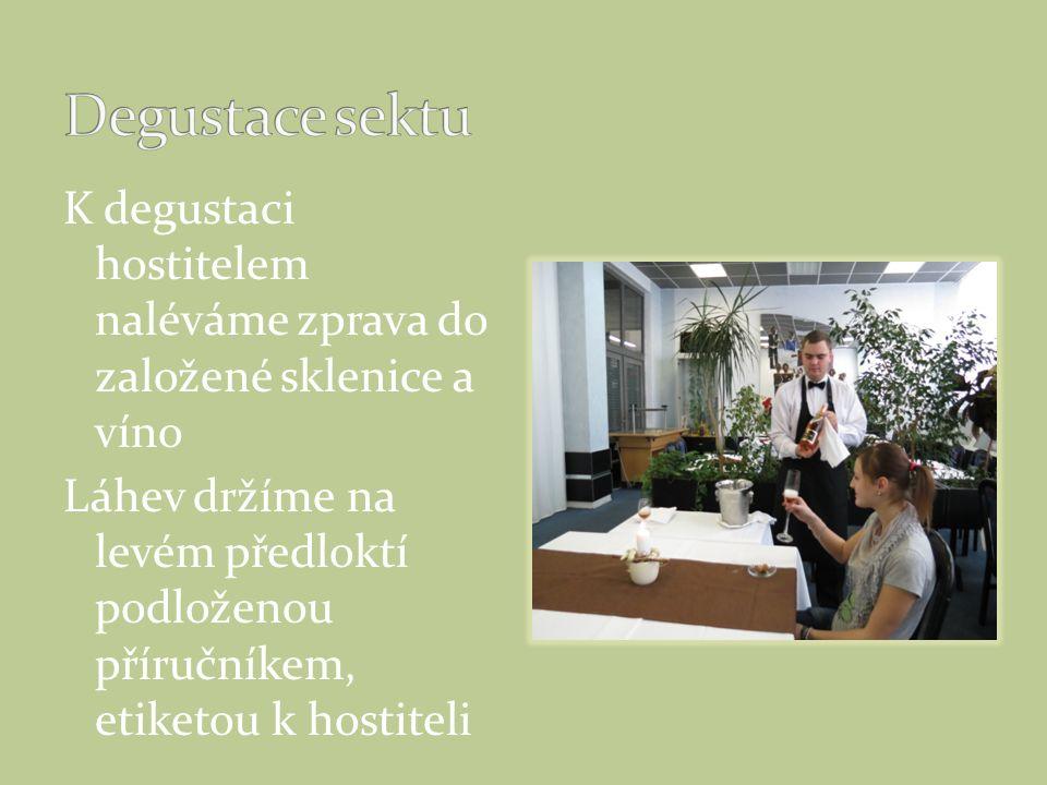 K degustaci hostitelem naléváme zprava do založené sklenice a víno Láhev držíme na levém předloktí podloženou příručníkem, etiketou k hostiteli