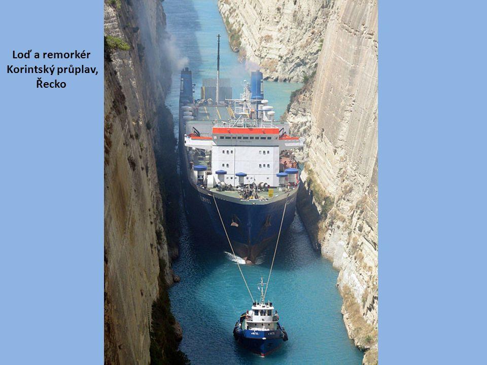 Loď a remorkér Korintský průplav, Řecko
