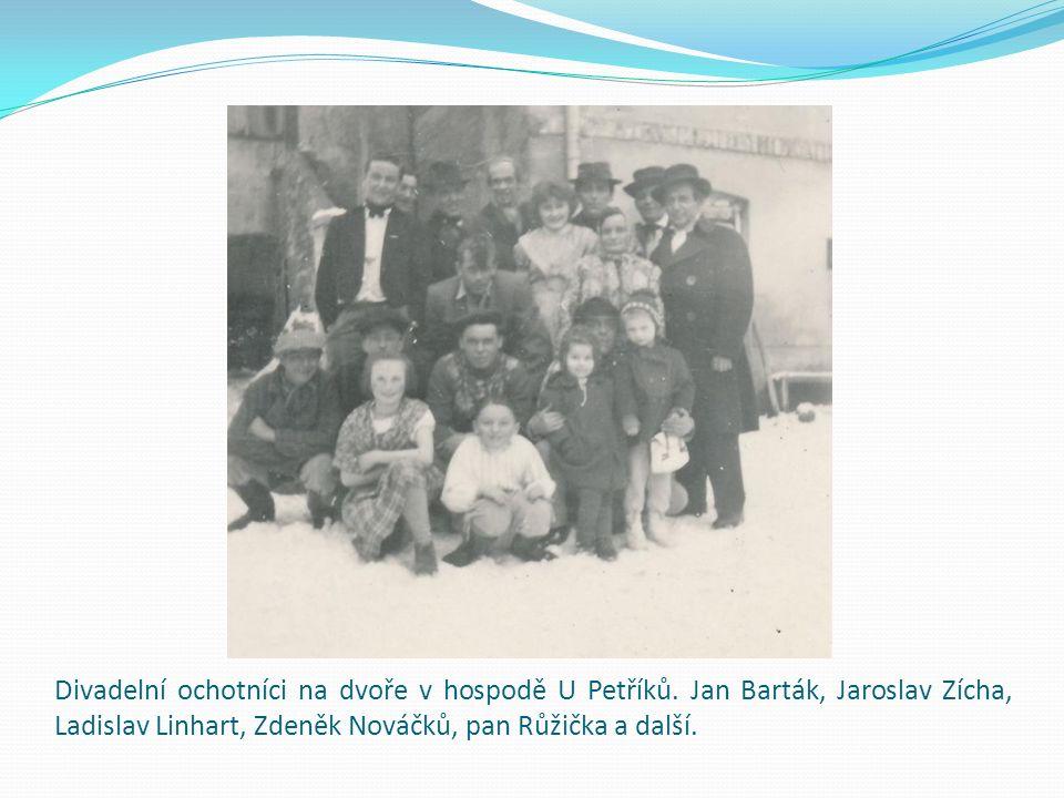 Divadelní ochotníci na dvoře v hospodě U Petříků. Jan Barták, Jaroslav Zícha, Ladislav Linhart, Zdeněk Nováčků, pan Růžička a další.