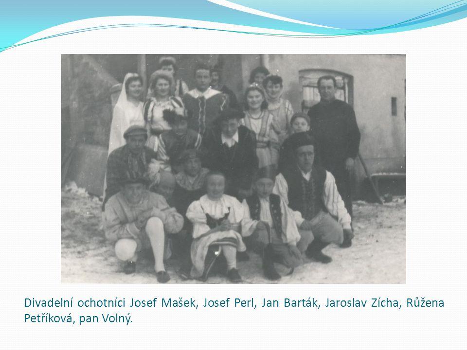 Divadelní ochotníci Josef Mašek, Josef Perl, Jan Barták, Jaroslav Zícha, Růžena Petříková, pan Volný.