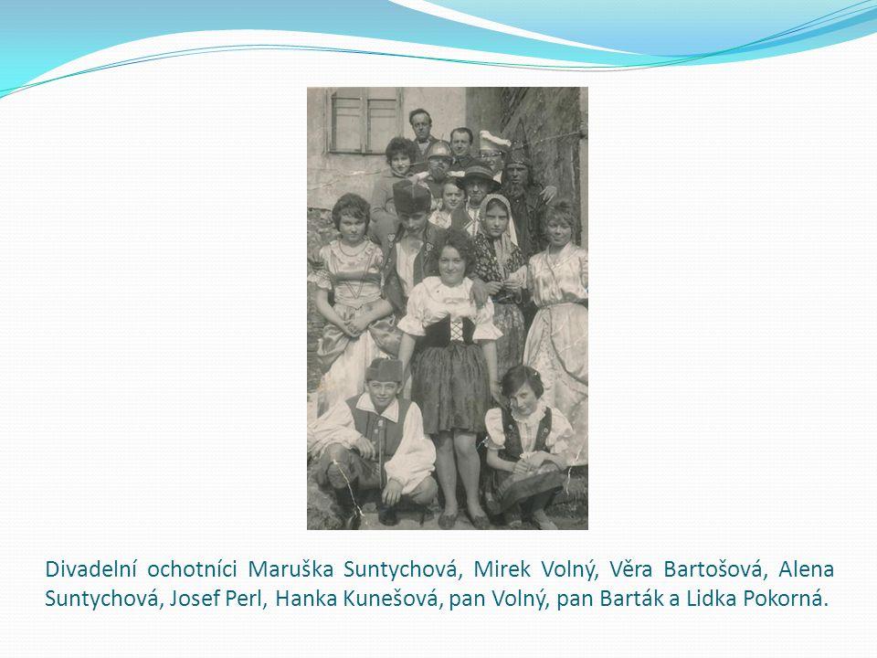Divadelní ochotníci Maruška Suntychová, Mirek Volný, Věra Bartošová, Alena Suntychová, Josef Perl, Hanka Kunešová, pan Volný, pan Barták a Lidka Pokorná.