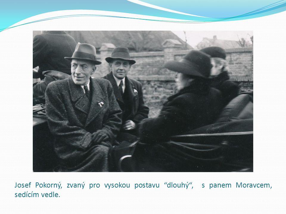 """Josef Pokorný, zvaný pro vysokou postavu """"dlouhý"""", s panem Moravcem, sedícím vedle."""