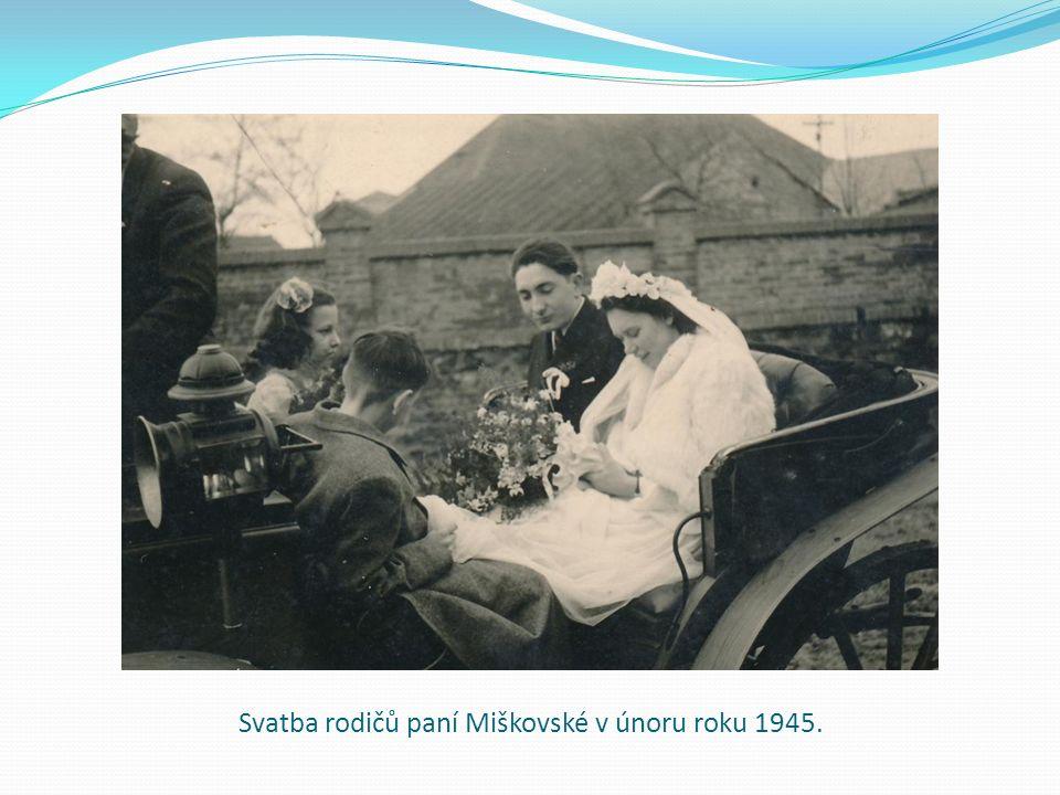 Svatba rodičů paní Miškovské v únoru roku 1945.