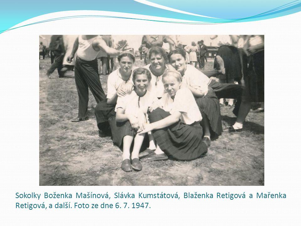 Sokolky Boženka Mašínová, Slávka Kumstátová, Blaženka Retigová a Mařenka Retigová, a další. Foto ze dne 6. 7. 1947.