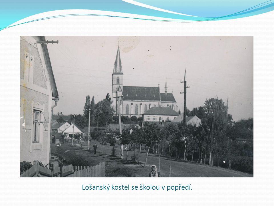 Lošanský kostel se školou v popředí.