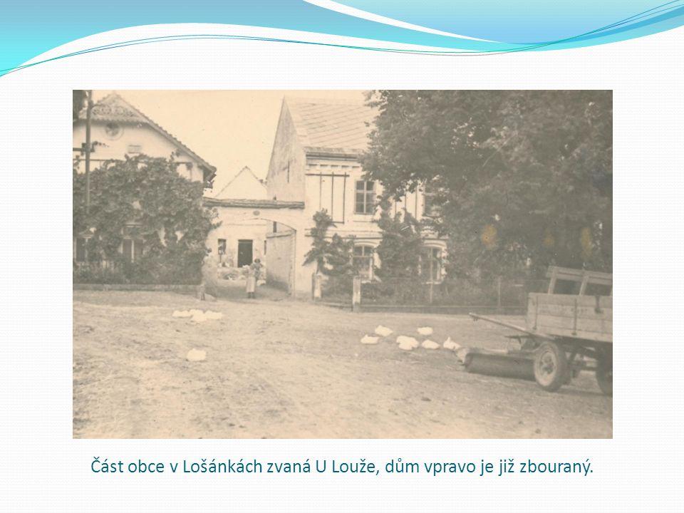 Část obce v Lošánkách zvaná U Louže, dům vpravo je již zbouraný.