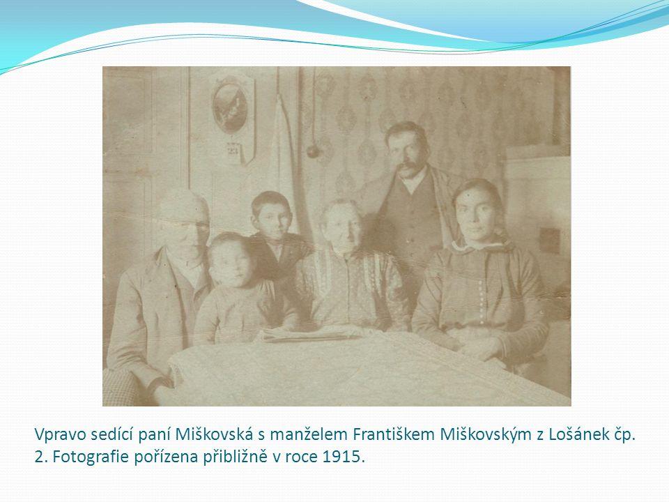 Vpravo sedící paní Miškovská s manželem Františkem Miškovským z Lošánek čp. 2. Fotografie pořízena přibližně v roce 1915.