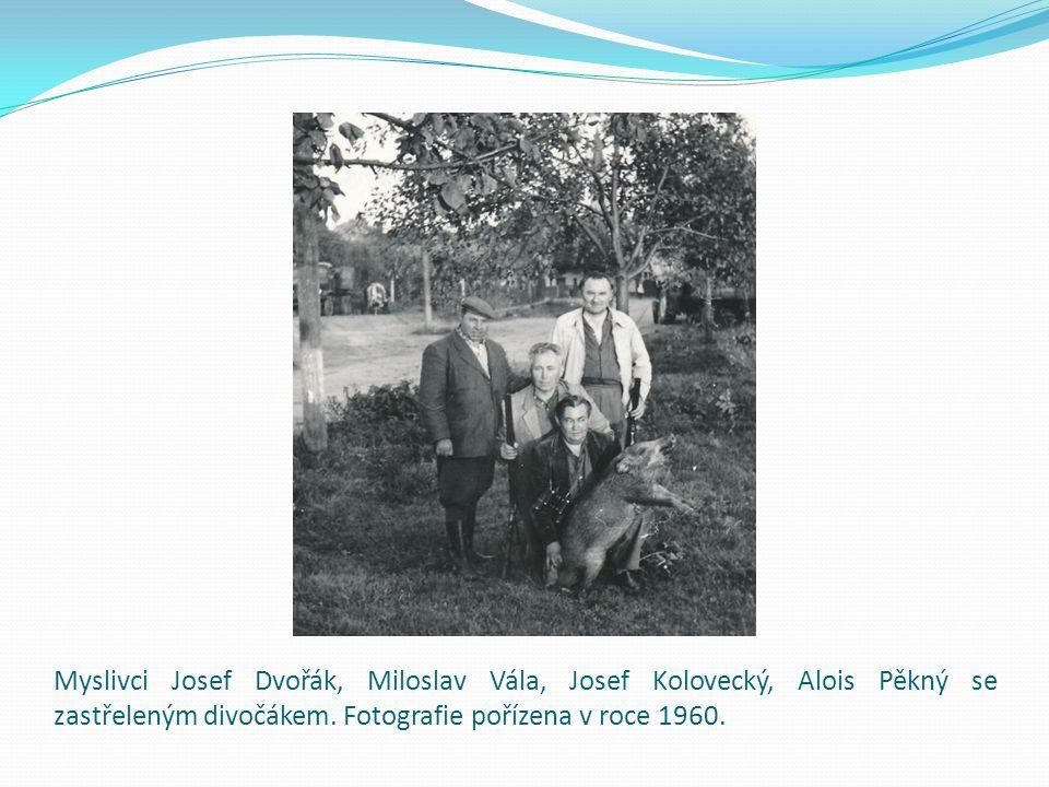 Myslivci Josef Dvořák, Miloslav Vála, Josef Kolovecký, Alois Pěkný se zastřeleným divočákem. Fotografie pořízena v roce 1960.