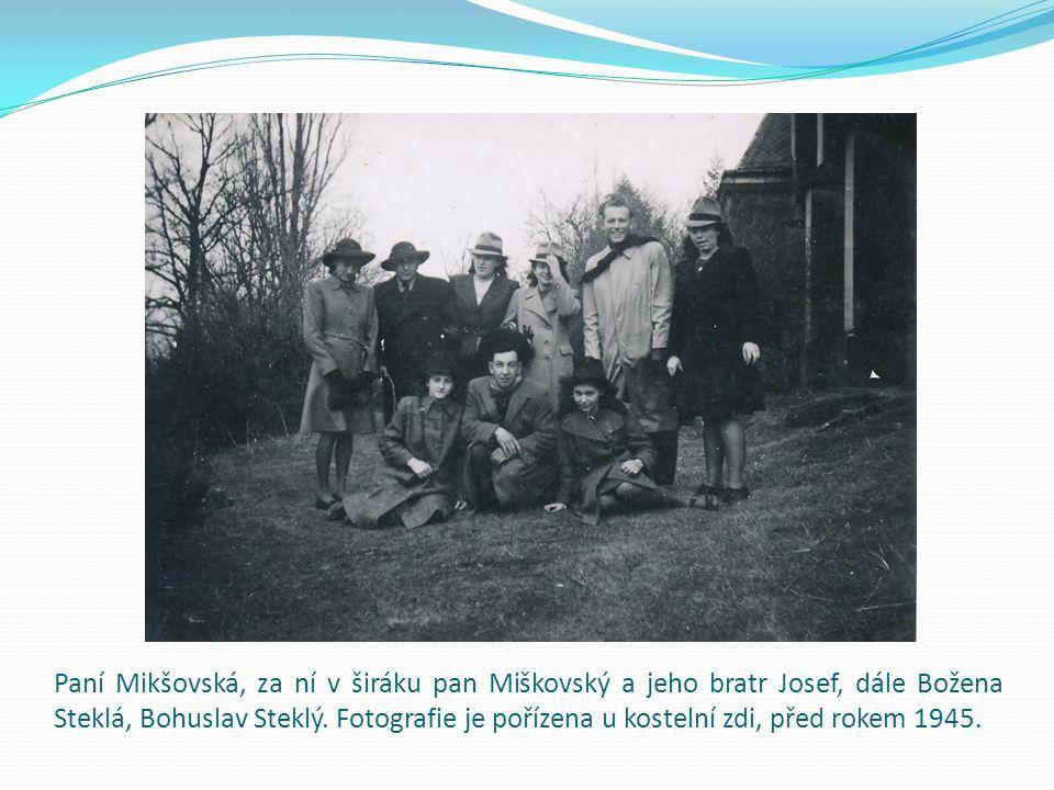 Paní Mikšovská, za ní v širáku pan Miškovský a jeho bratr Josef, dále Božena Steklá, Bohuslav Steklý. Fotografie je pořízena u kostelní zdi, před roke