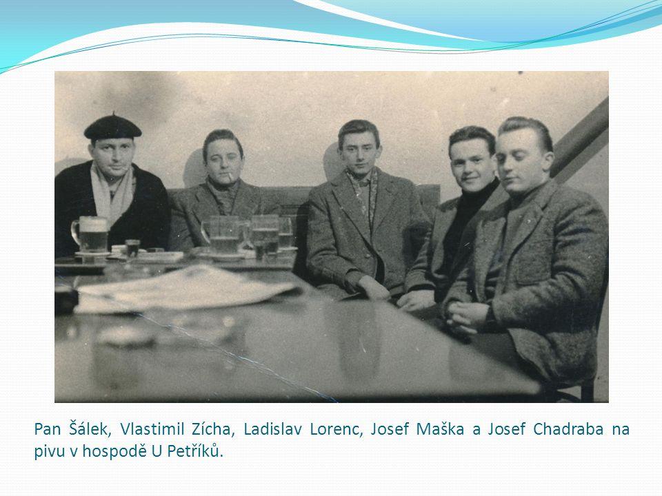 Pan Šálek, Vlastimil Zícha, Ladislav Lorenc, Josef Maška a Josef Chadraba na pivu v hospodě U Petříků.