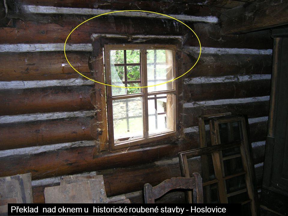 Překlad nad oknem u historické roubené stavby - Hoslovice