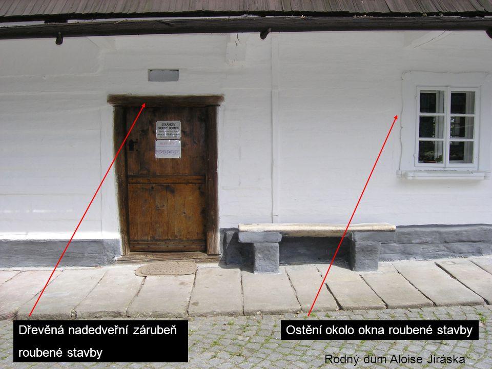 Dřevěná nadedveřní zárubeň roubené stavby Ostění okolo okna roubené stavby Rodný dům Aloise Jiráska
