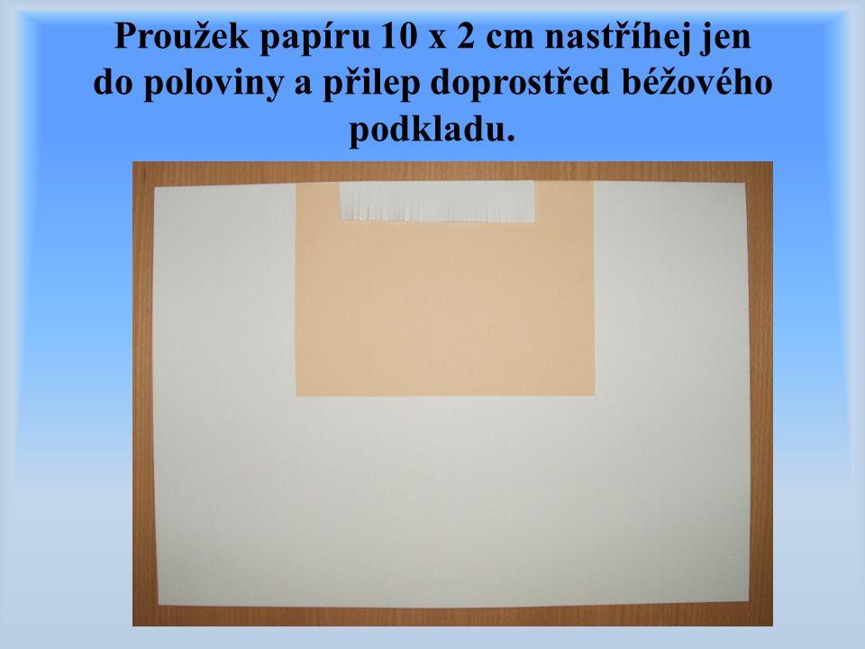 Proužek papíru 10 x 2 cm nastříhej jen do poloviny a přilep doprostřed béžového podkladu.
