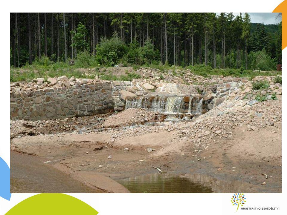 8.4.2 Odstraňování škod způsobených povodněmi navazuje na předchozí programové období způsobilé výdaje: odstraňování škod způsobených povodněmi na malých vodních tocích a v jejich povodích - sanace břehových nátrží a výmolů, odstranění povodňových nánosů z koryt vodních toků, průtočných nádrží a přilehlých pozemků, odstranění povodňových nánosů v povodí vodních toků, usměrnění koryta vodního toku, oprava poškozených vodních děl (např.