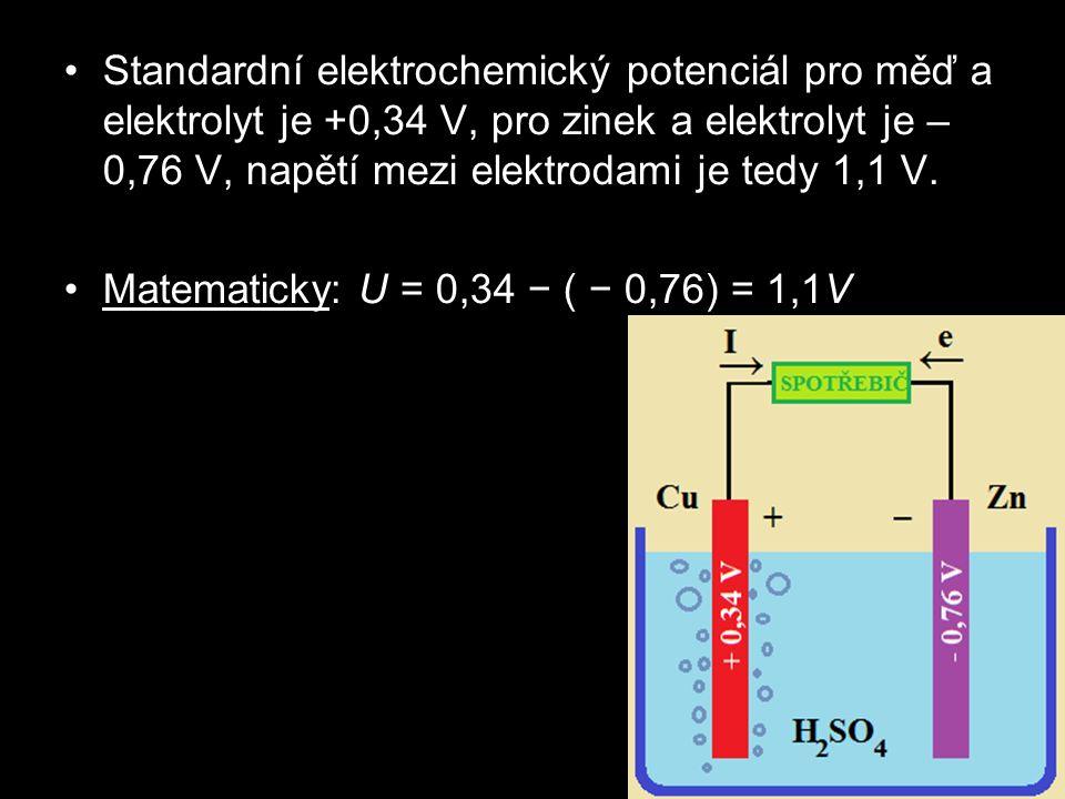 Standardní elektrochemický potenciál pro měď a elektrolyt je +0,34 V, pro zinek a elektrolyt je – 0,76 V, napětí mezi elektrodami je tedy 1,1 V. Matem