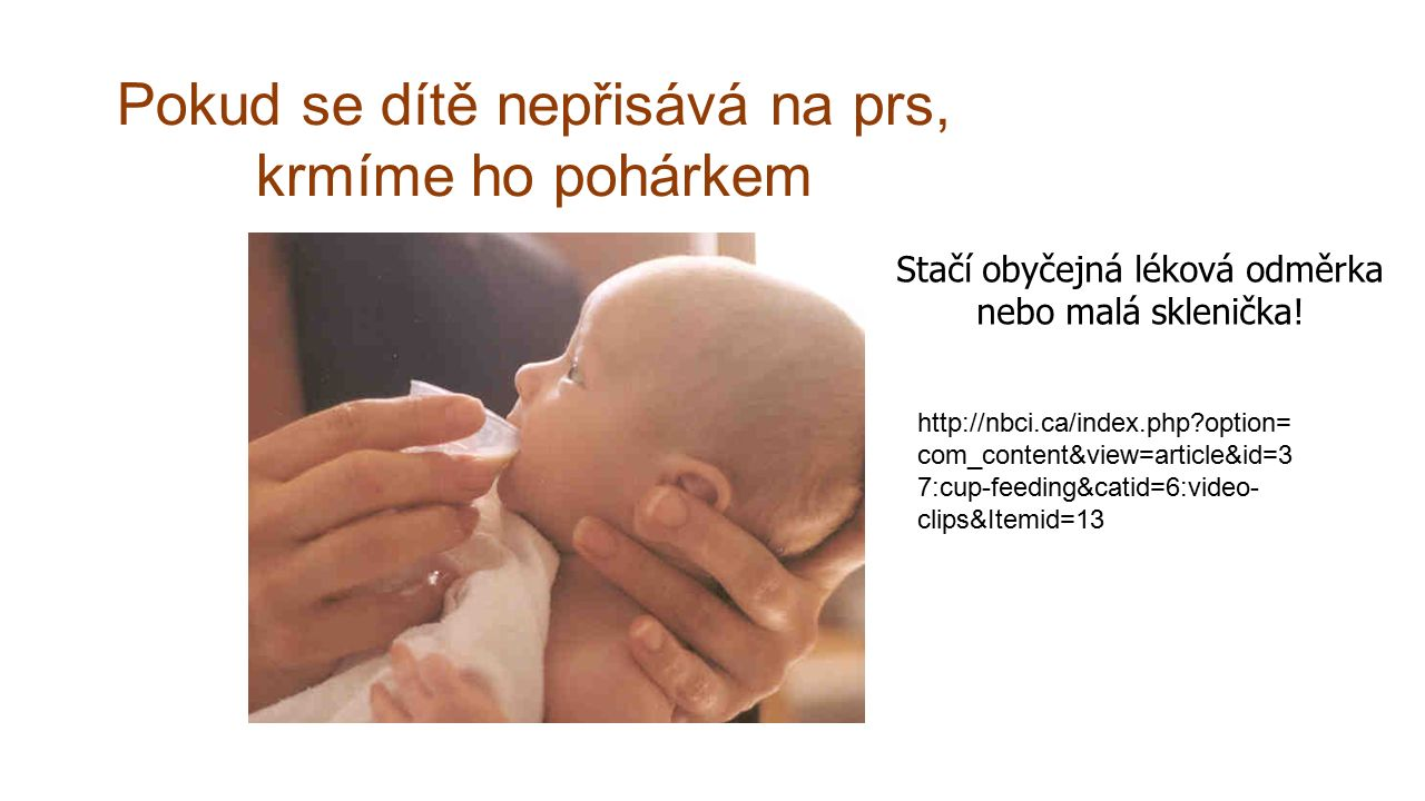 Pokud se dítě nepřisává na prs, krmíme ho pohárkem Stačí obyčejná léková odměrka nebo malá sklenička.