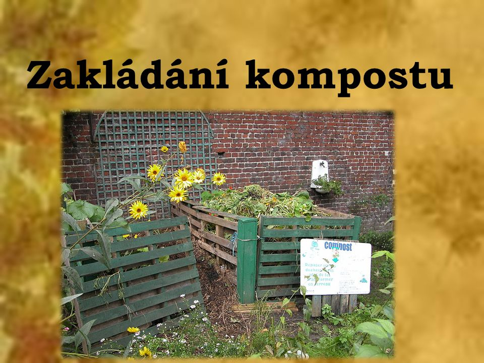 Kompost pochází z latinského slova kompositum = složení, skladba nejvhodnější doba pro založení je podzim podporuje činnost půdních bakterií zvyšuje odolnost rostlin proti chorobám a škůdcům provzdušňuje půdu