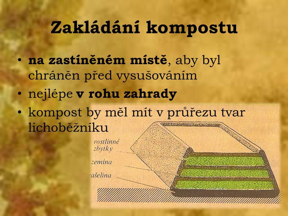 Zakládání kompostu na zastíněném místě, aby byl chráněn před vysušováním nejlépe v rohu zahrady kompost by měl mít v průřezu tvar lichoběžníku