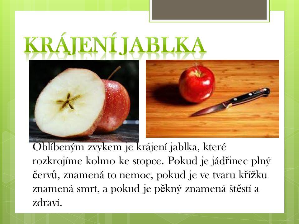 Oblíbeným zvykem je krájení jablka, které rozkrojíme kolmo ke stopce. Pokud je jád ř inec plný č erv ů, znamená to nemoc, pokud je ve tvaru k ř í ž ku