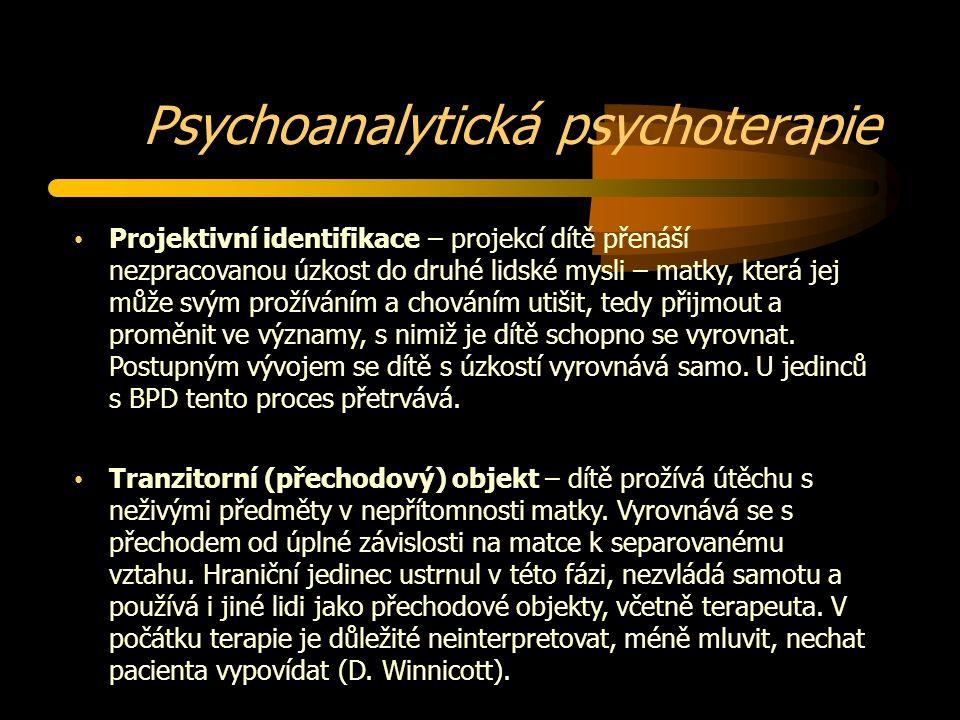 Psychoanalytická psychoterapie Projektivní identifikace – projekcí dítě přenáší nezpracovanou úzkost do druhé lidské mysli – matky, která jej může svým prožíváním a chováním utišit, tedy přijmout a proměnit ve významy, s nimiž je dítě schopno se vyrovnat.