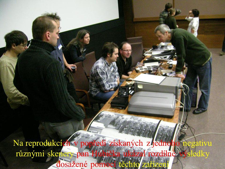 Na reprodukcích v popředí získaných z jednoho negativu různými skenery pan Hubička ukázal rozdílné výsledky dosažené pomocí těchto zařízení