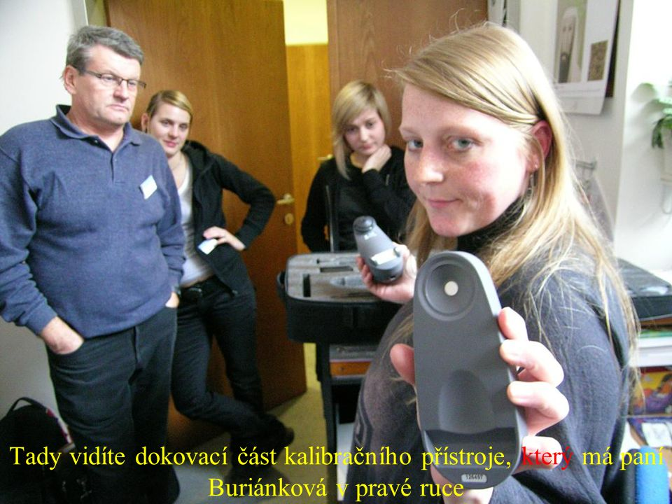 Tady vidíte dokovací část kalibračního přístroje, který má paní Buriánková v pravé ruce