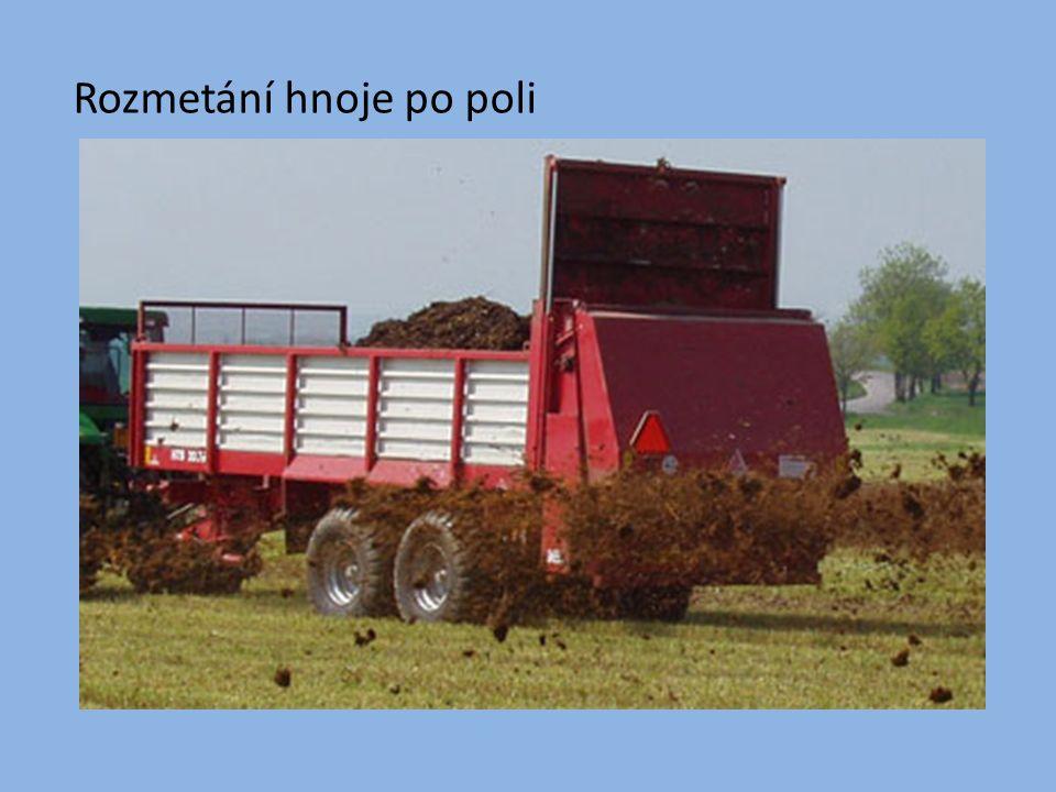 Rozmetání hnoje po poli
