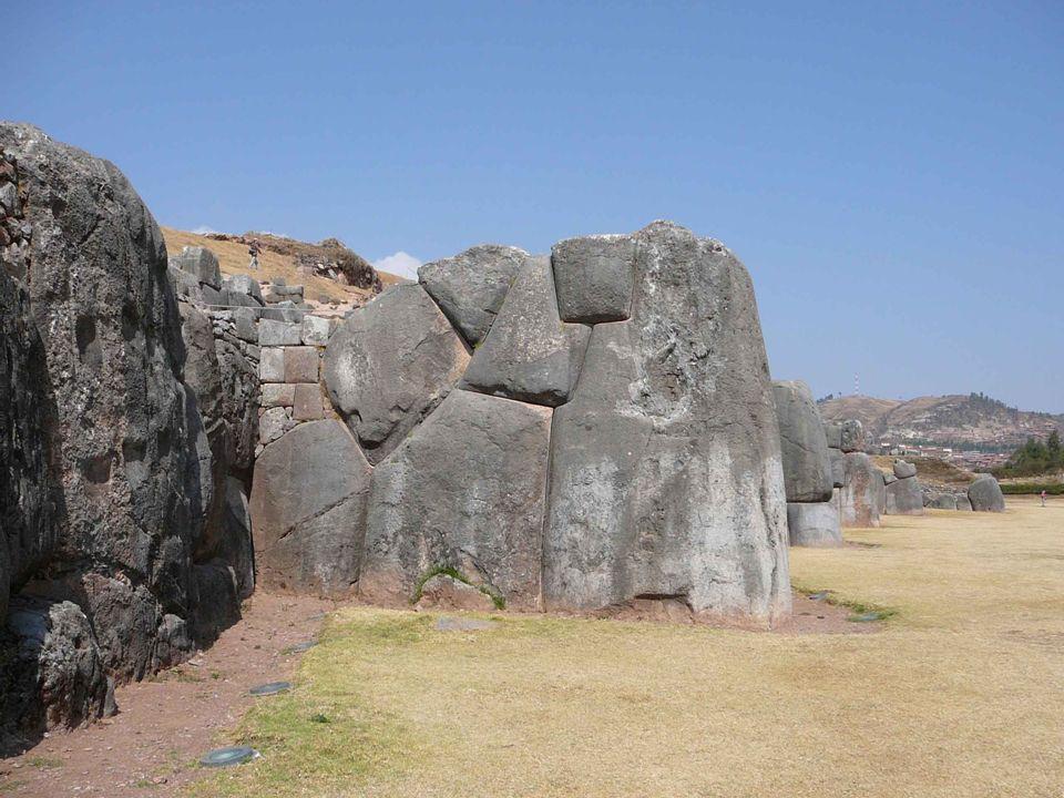 Někde v nejnižší terase SACSAYHUAMANU je největší balvan, jaký byl kdy usazen do zdiva.