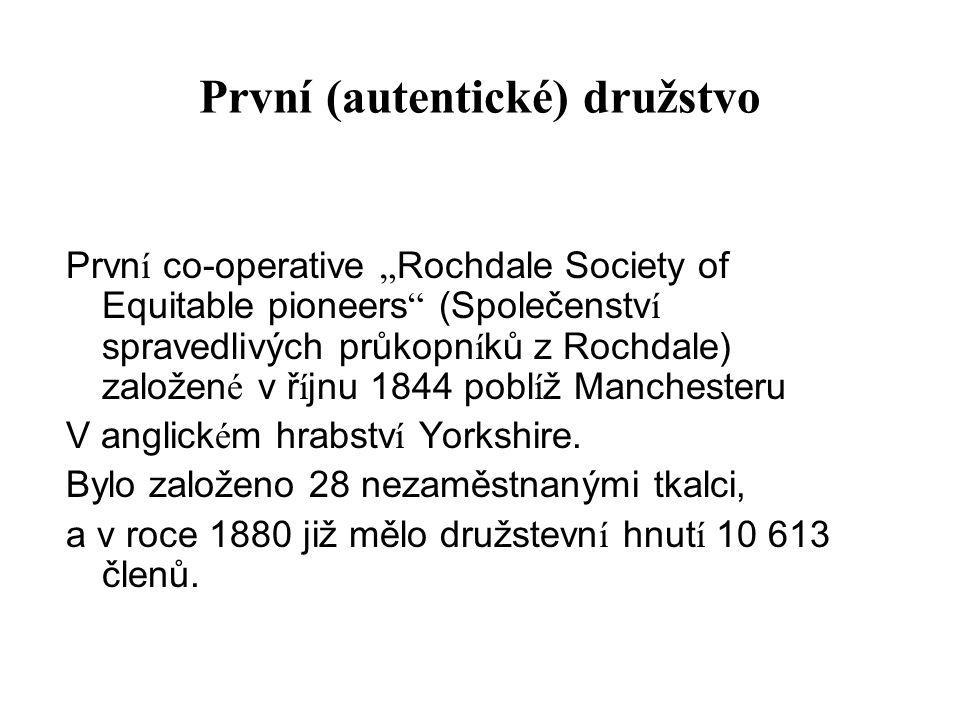 """První (autentické) družstvo Prvn í co-operative """" Rochdale Society of Equitable pioneers (Společenstv í spravedlivých průkopn í ků z Rochdale) založen é v ř í jnu 1844 pobl í ž Manchesteru V anglick é m hrabstv í Yorkshire."""