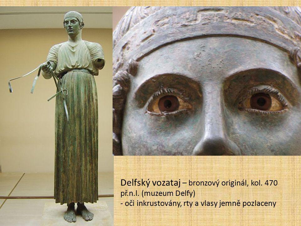 Delfský vozataj – bronzový originál, kol. 470 př.n.l. (muzeum Delfy) - oči inkrustovány, rty a vlasy jemně pozlaceny
