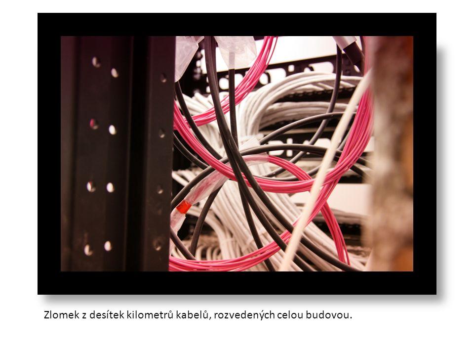 Zlomek z desítek kilometrů kabelů, rozvedených celou budovou.