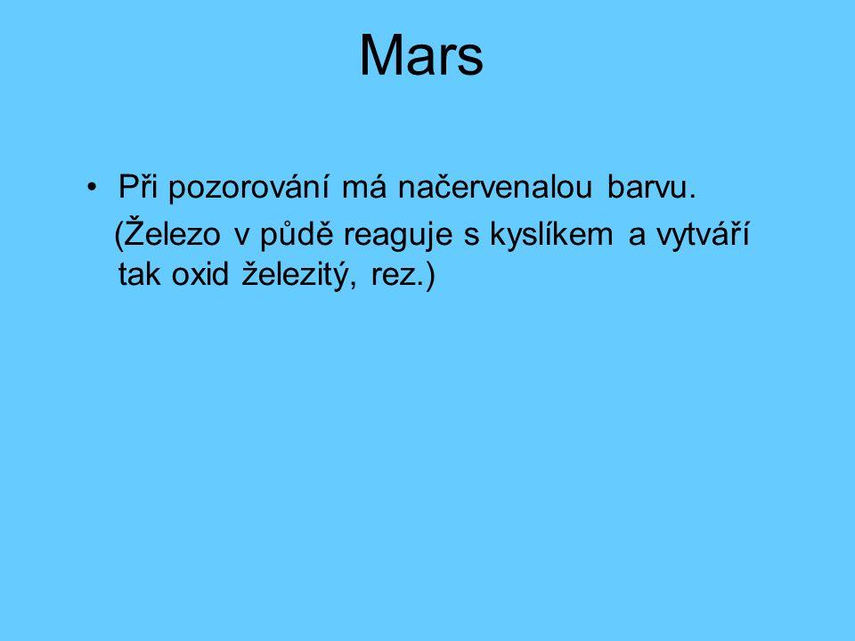 Mars Při pozorování má načervenalou barvu. (Železo v půdě reaguje s kyslíkem a vytváří tak oxid železitý, rez.)