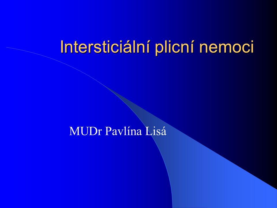 Definice Heterogenní skupina onemocnění postihujících plicní intersticium (prostror mezi epiteliální bazální membránou alveolární výstelky a bazální membránou plicních endotelií) s různým podílem zánětlivých a fibrózních změn.Postiženy mohou být i alveoly, periferní dýchací cesty a cévy.