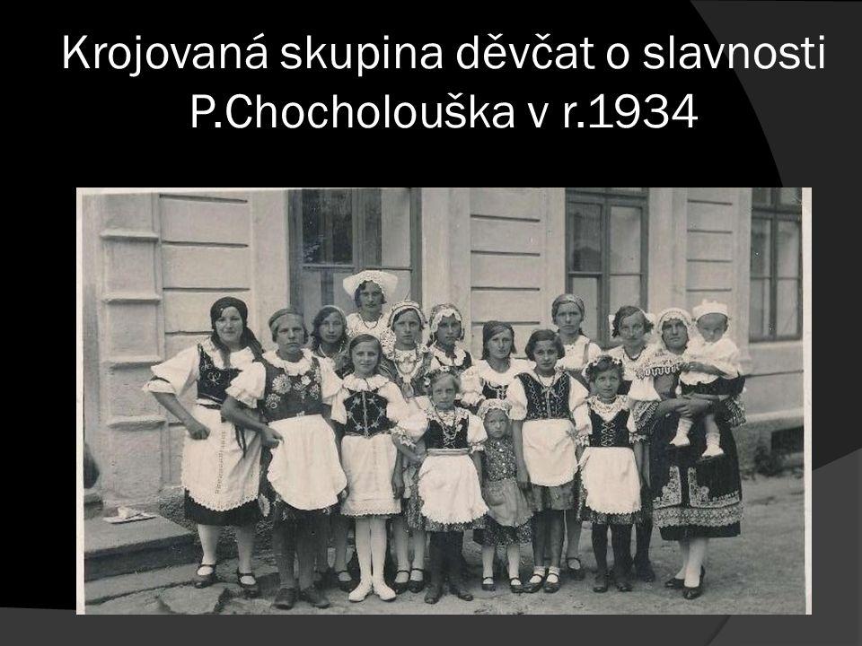 Krojovaná skupina děvčat o slavnosti P.Chocholouška v r.1934