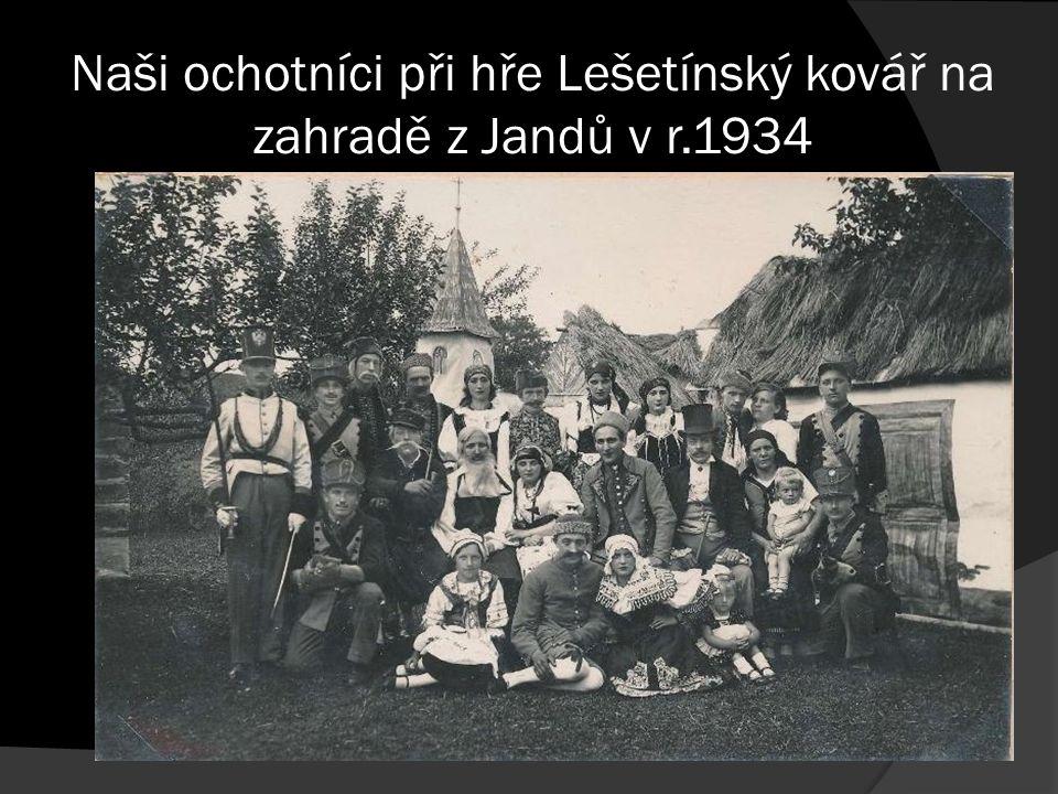 Naši ochotníci při hře Lešetínský kovář na zahradě z Jandů v r.1934