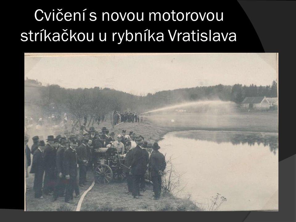 Cvičení s novou motorovou stríkačkou u rybníka Vratislava