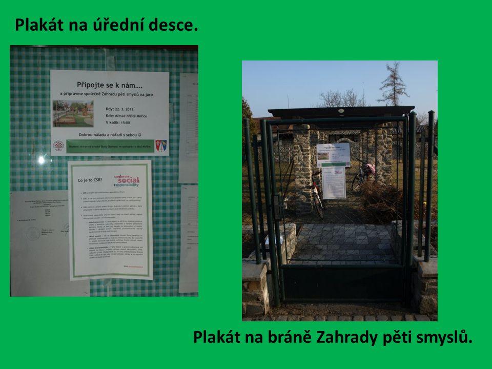Plakát na úřední desce. Plakát na bráně Zahrady pěti smyslů.
