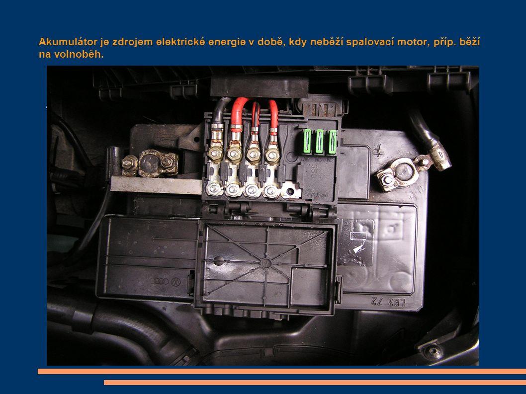 Akumulátor je zdrojem elektrické energie v době, kdy neběží spalovací motor, příp.