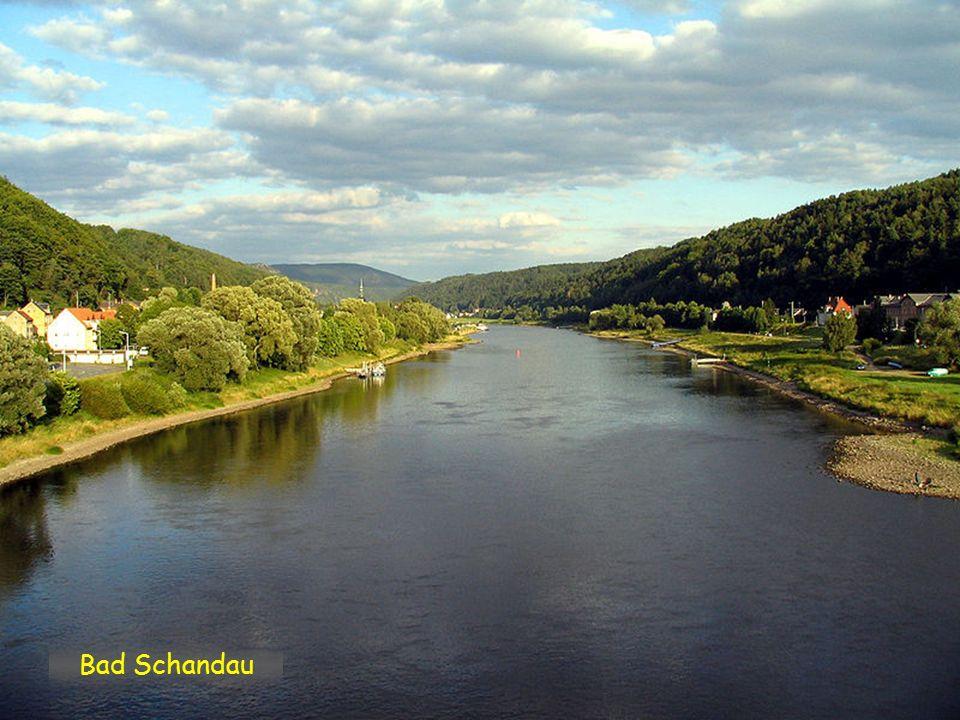 Schmilka, první obec za hranicemi v národním parku Sächsischen Schweiz. Labe, nyní již německy Elbe