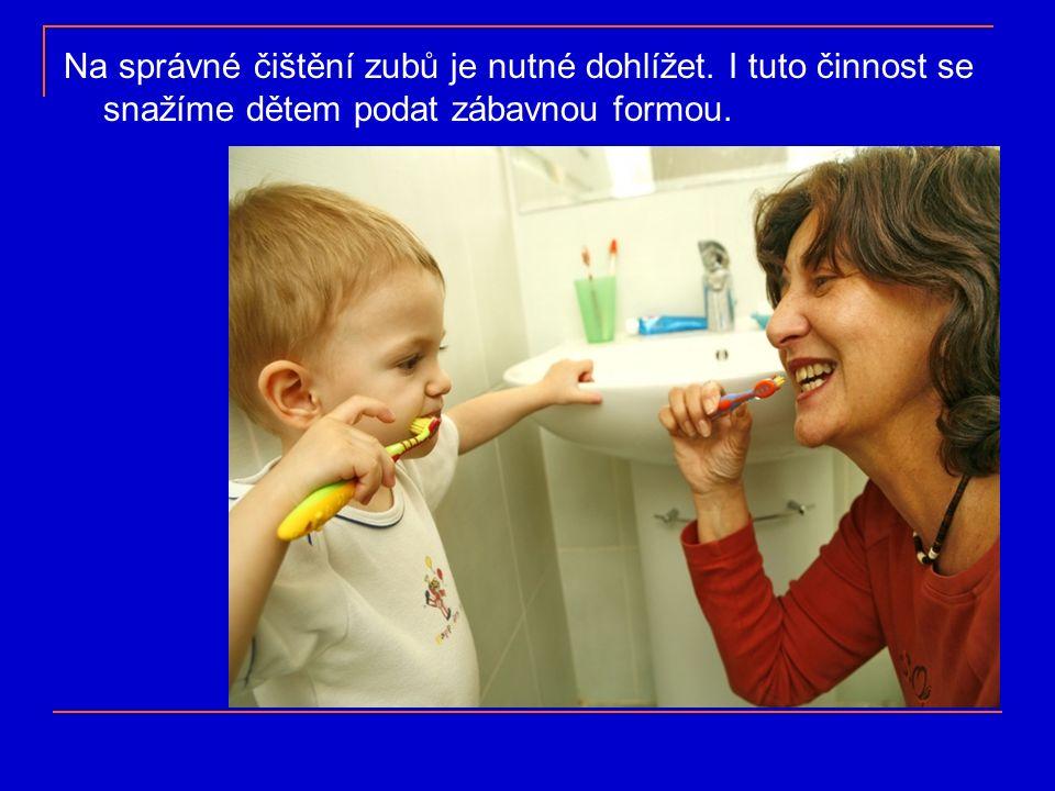 Na správné čištění zubů je nutné dohlížet. I tuto činnost se snažíme dětem podat zábavnou formou.