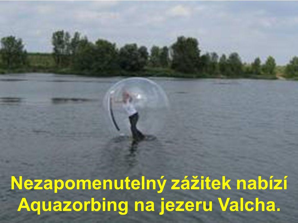 Nezapomenutelný zážitek nabízí Aquazorbing na jezeru Valcha.