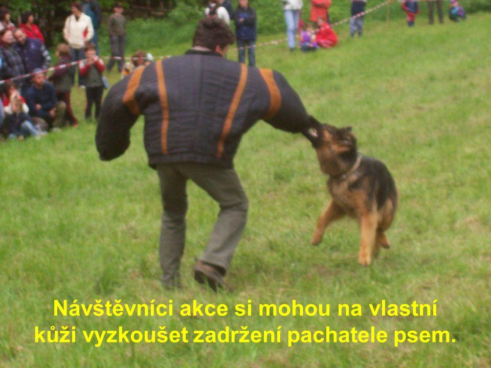 Návštěvníci akce si mohou na vlastní kůži vyzkoušet zadržení pachatele psem.
