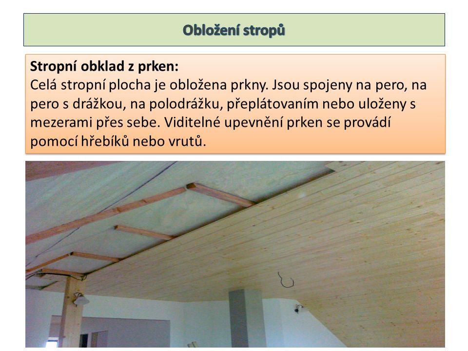 Stropní obklad z prken: Celá stropní plocha je obložena prkny.