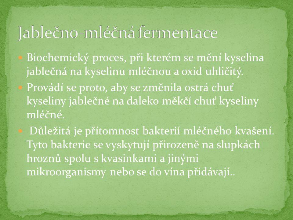 Biochemický proces, při kterém se mění kyselina jablečná na kyselinu mléčnou a oxid uhličitý.