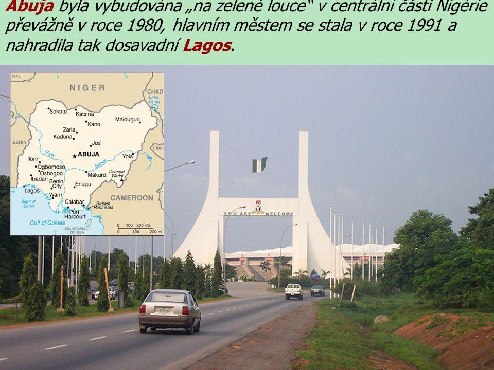 """Abuja byla vybudována """"na zelené louce v centrální části Nigérie převážně v roce 1980, hlavním městem se stala v roce 1991 a nahradila tak dosavadní Lagos."""
